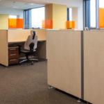 オフィスのデスクにパーテーションを設置する効果とは?